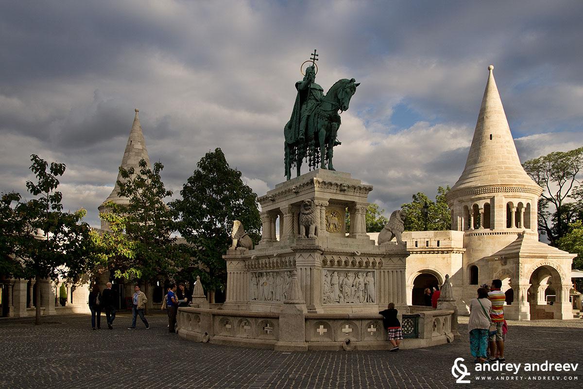 Статуята на крал Стефан I Унгарски. и кулите на бастиона