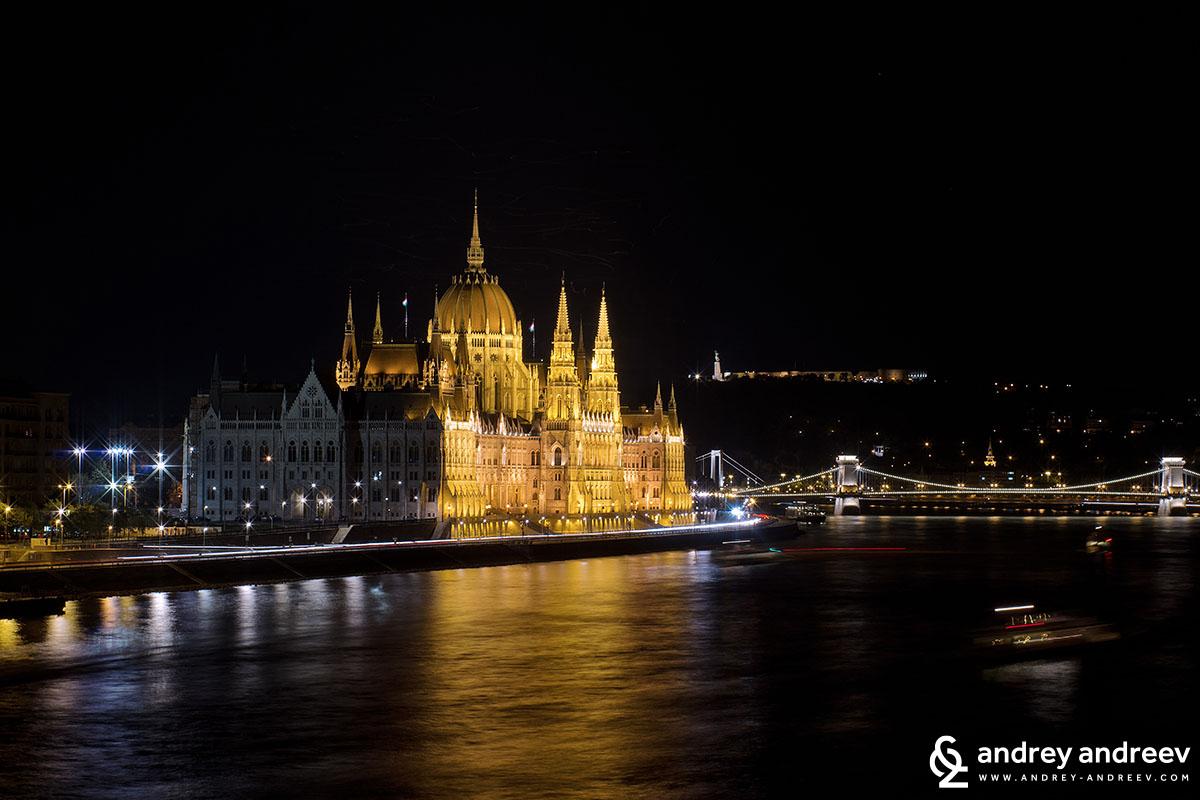 Величествената сграда на Унгарския парламент през нощта