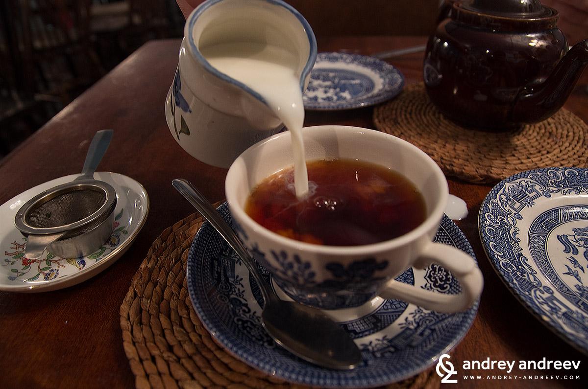 Млякото е почти задължително за чая в Англия и ние харесваме тази традиция