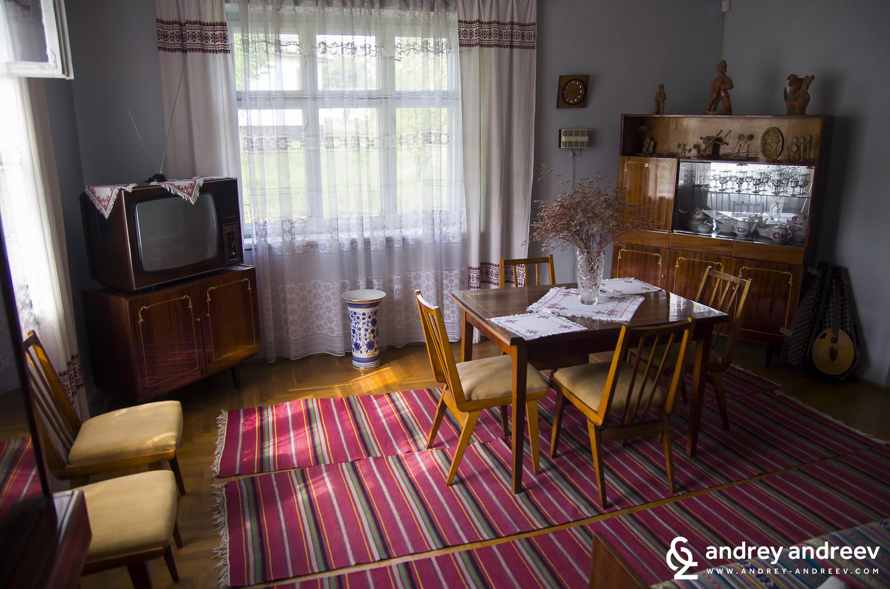 Една къща (будинок – укр. ) от село Иване-Пусте (укр. Іване-Пусте) от Тернополска област (близо до границите на Словакия, Полша, Унгария и Румъния).