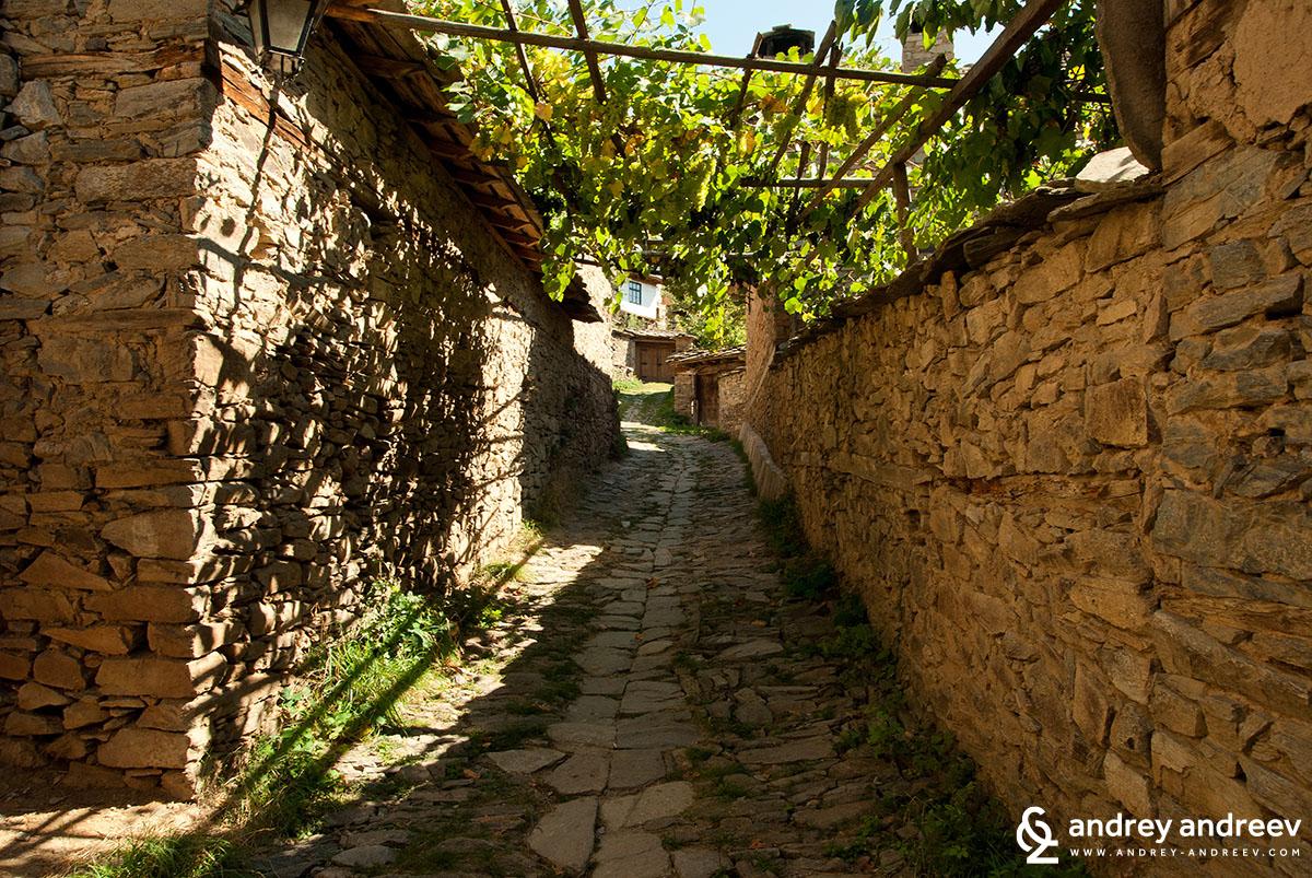 Уличка в Село Лещен - едно от най-романтичните места в България