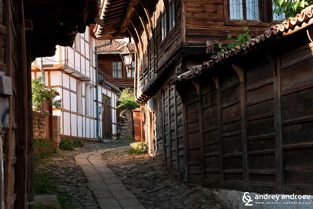 По улиците на старата част на Котел