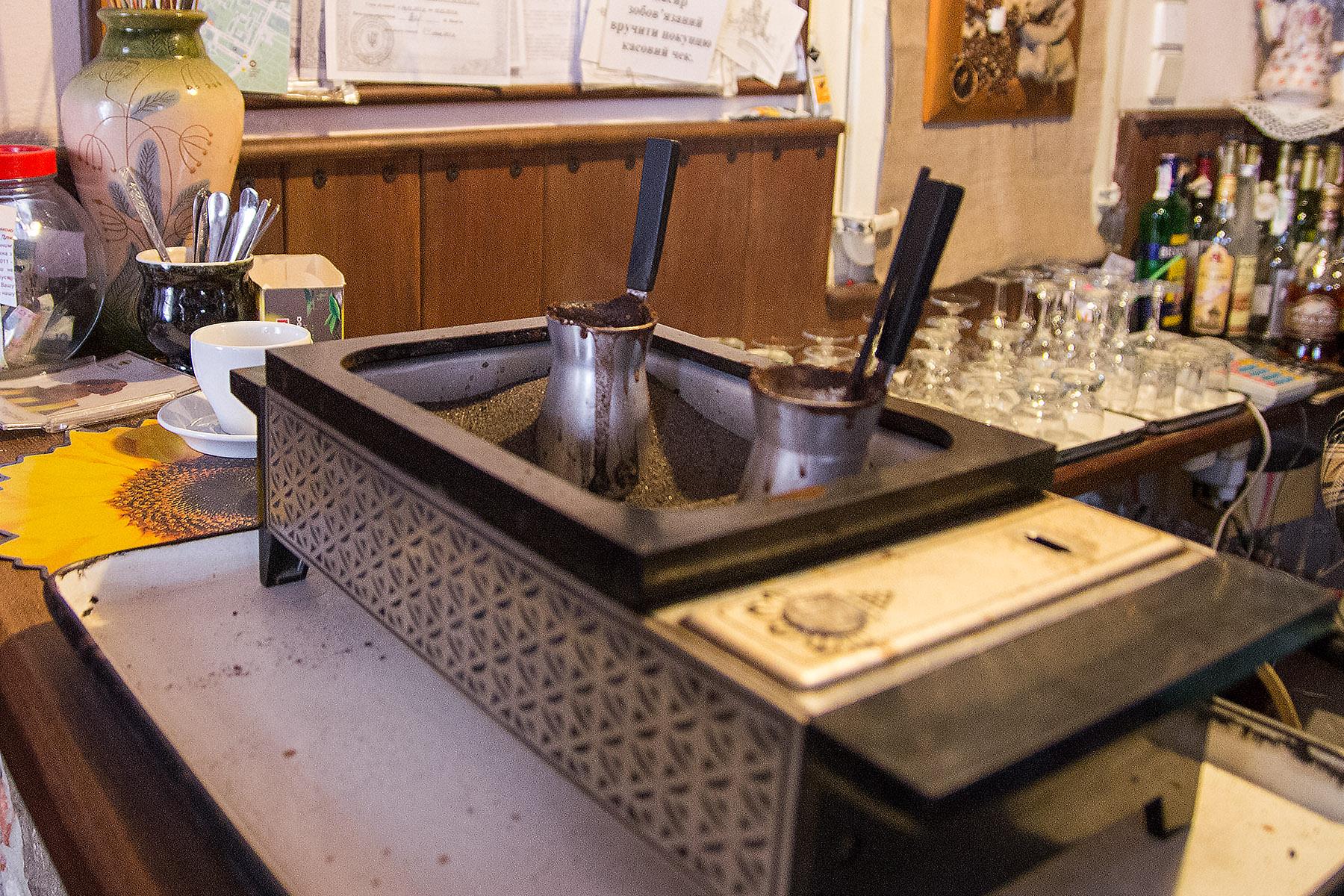 Арменско кафе или по-скоро турско кафе на пясък в арменско кафене в Лвов, Украйна