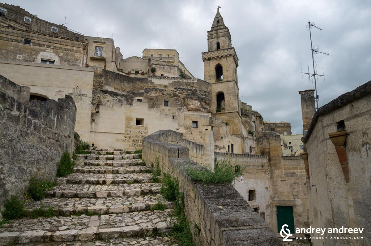 По каменните стълби