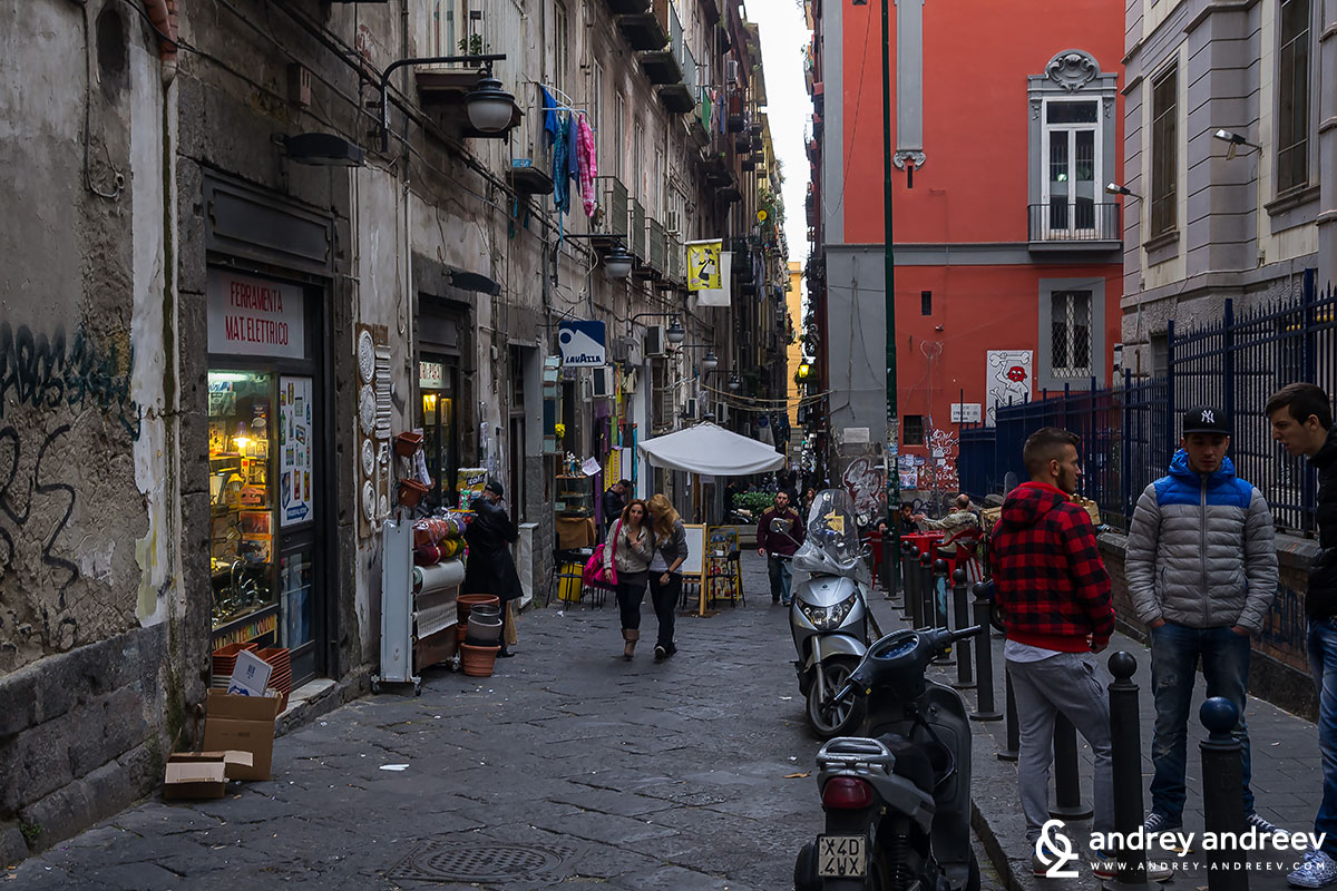 Доста е пренаселено в центъра, наистина - Неапол, Италия