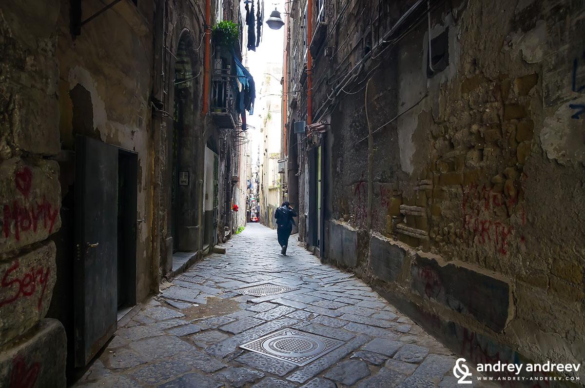Тесните и мрачни улици в историческия център на Неапол