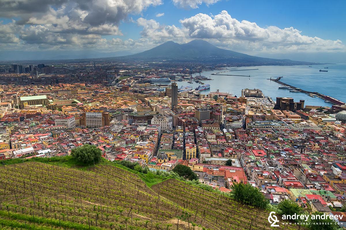 Ето там долу е испанския квартал Неапол, Италия