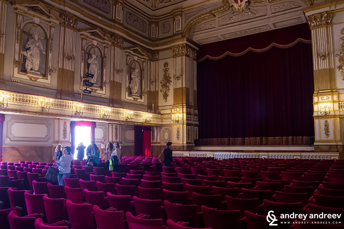 Театърът в двореца Неапол, Италия