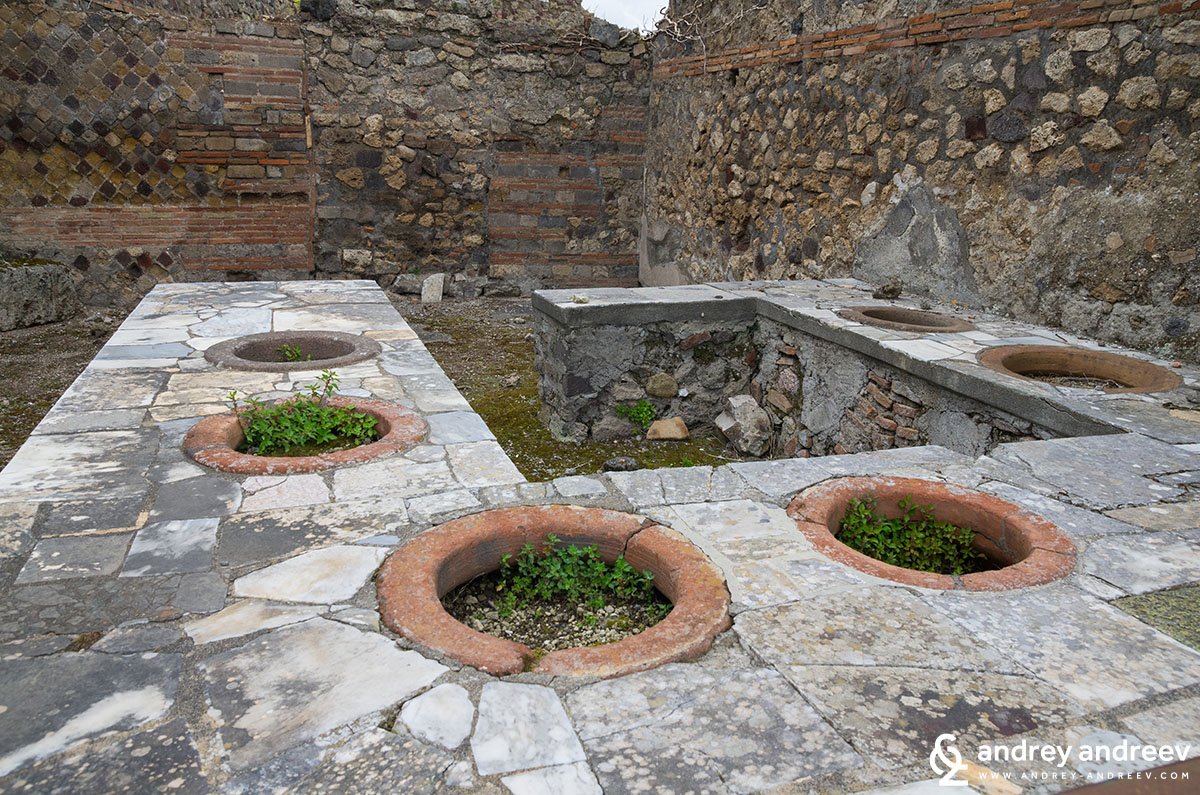 Ancient pubs in Pompeii - what to see in Pompeii