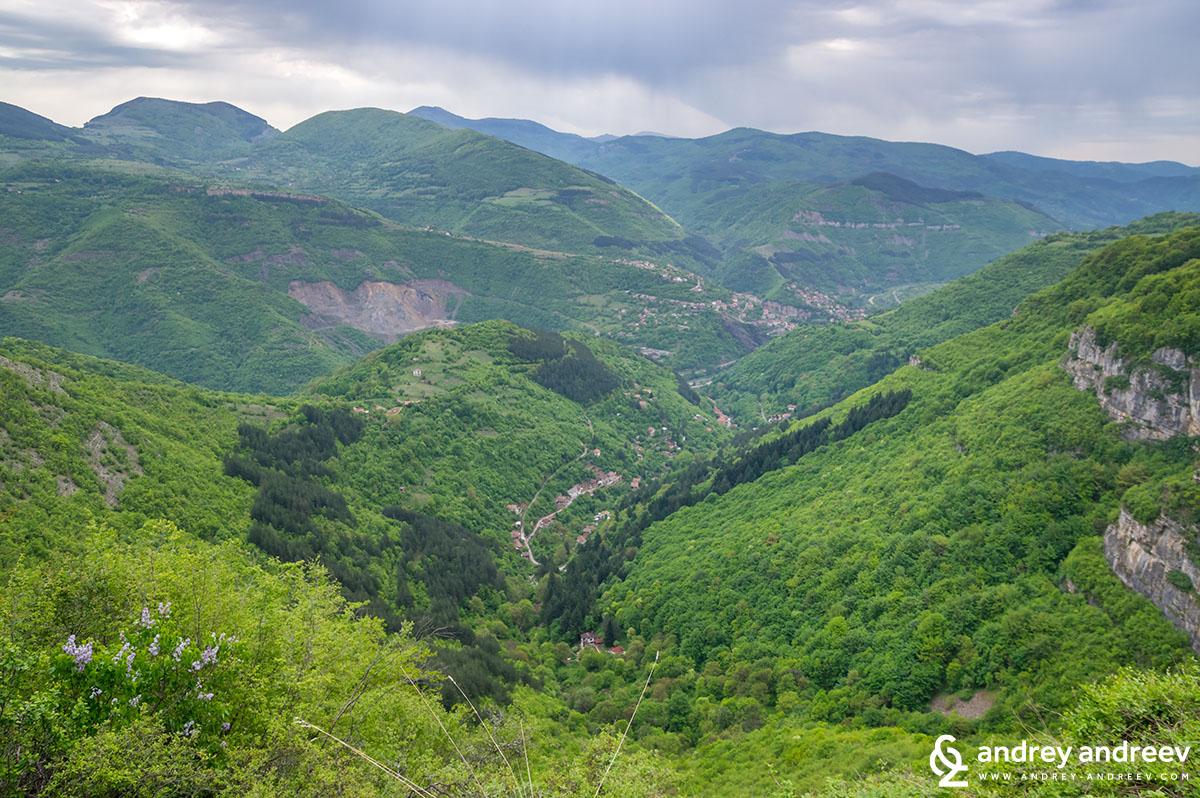 Гледка от скалите под село Заселе