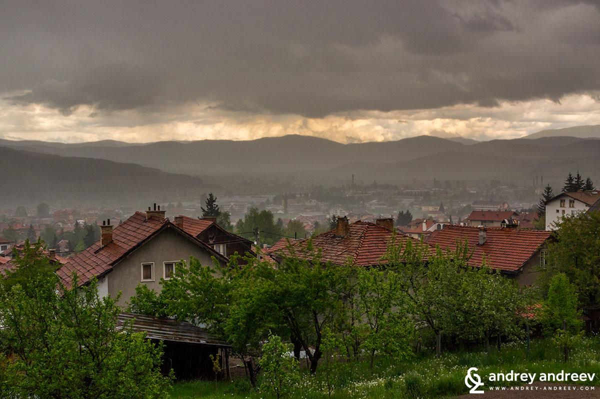 Нещо смесено между дъжд и залез над Велинград