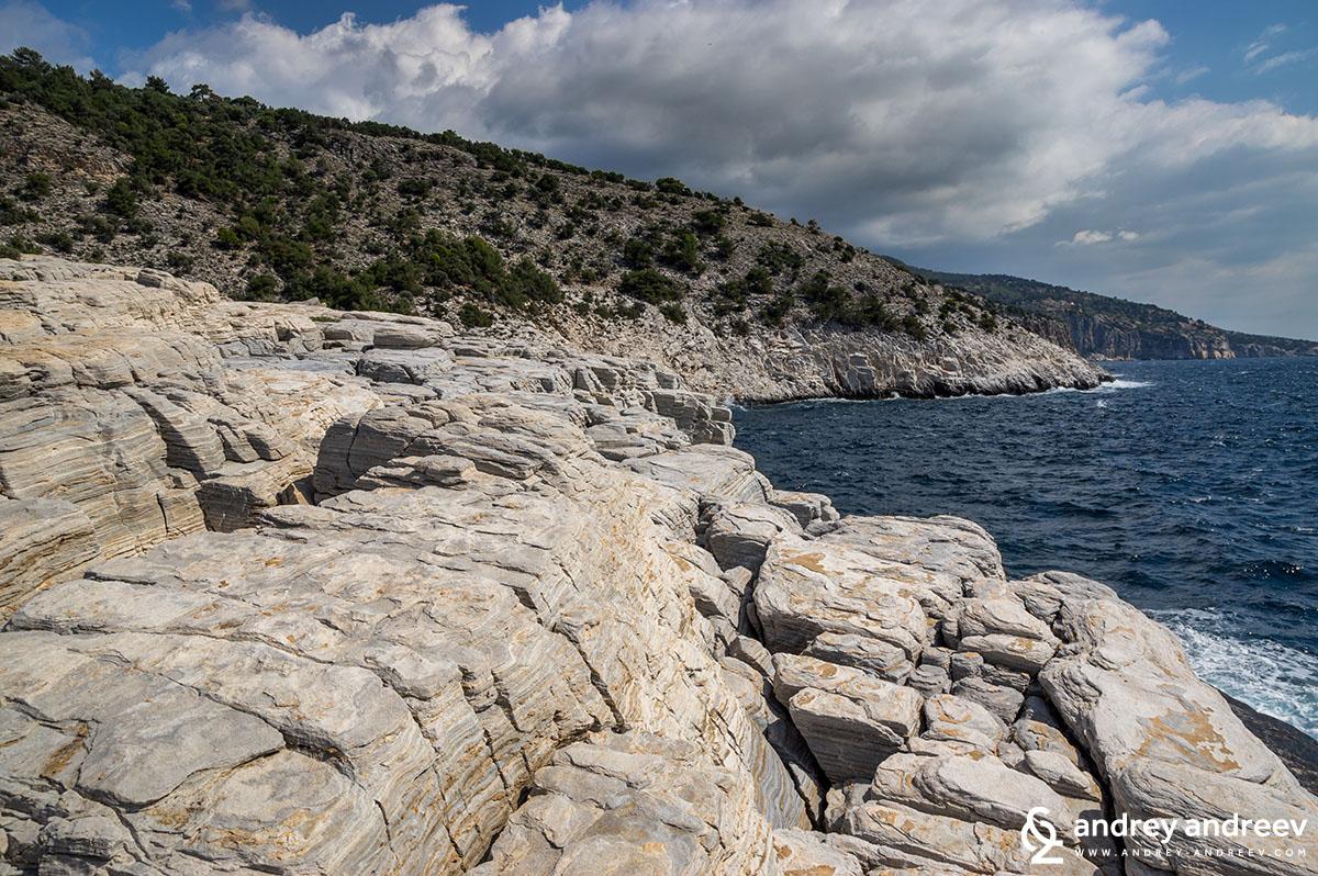 Скалните тераси около Гьола, остров Тасос, Гърция