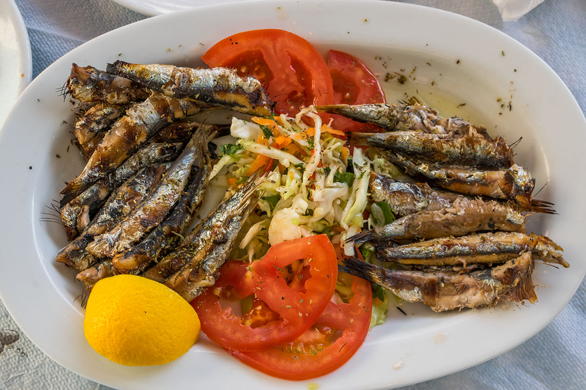 Вкусни сардини в една от крайбрежните таверни в Потос