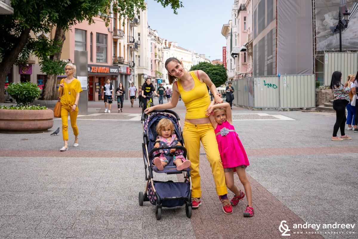 Мими, Ани и Ади на главната улица в Пловдив