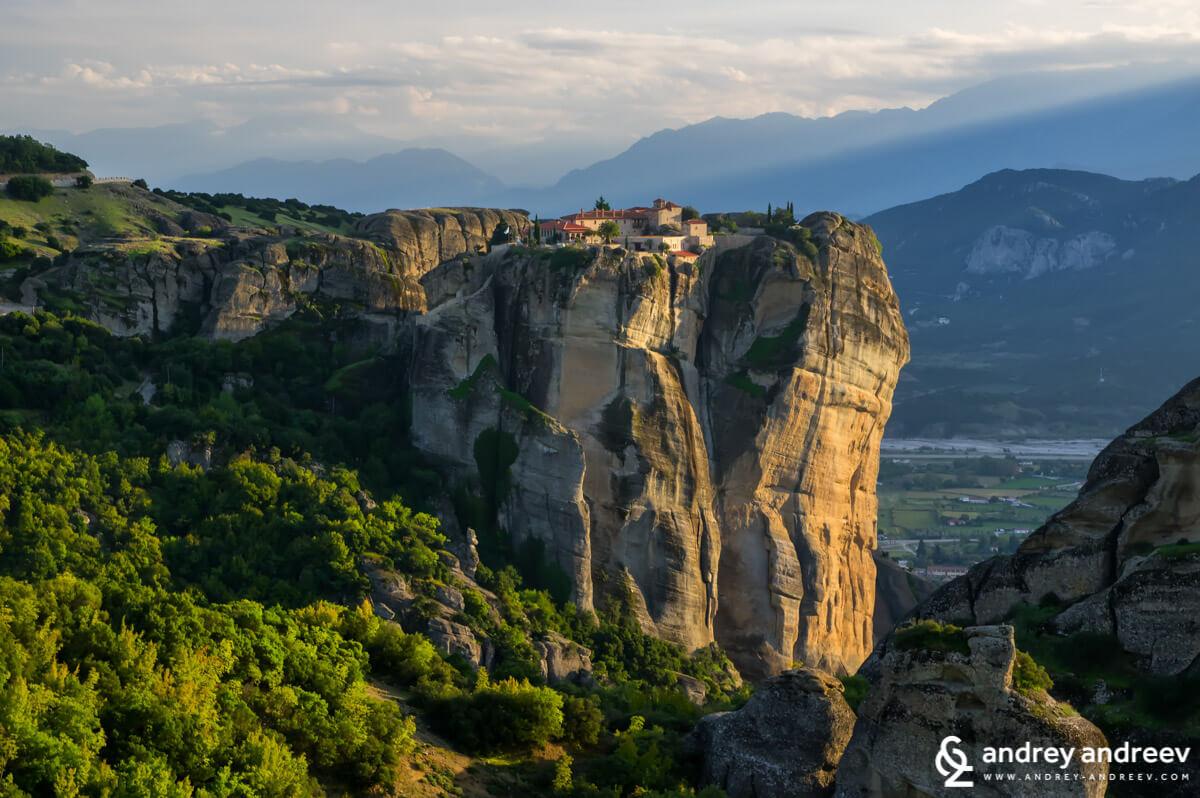 """Манастир """"Св. Троица"""", извисяващ се на 400-метрова скала"""
