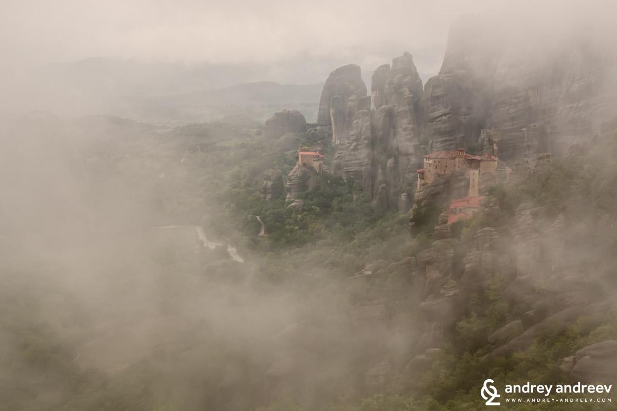 """Мъглата поглъща Манастир Русану / Μονή """"Ρουσάνου""""/, един от манастирите на Метеора в Гърция."""
