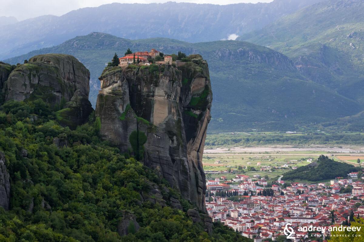 """Манастир """"Св. Троица"""" и градът под него - Метеора Гърция"""