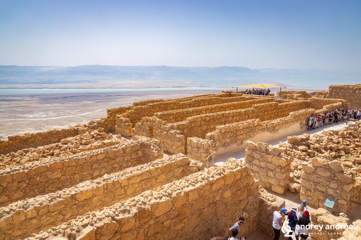 Хранилищата на Масада и Мъртво море в далечината