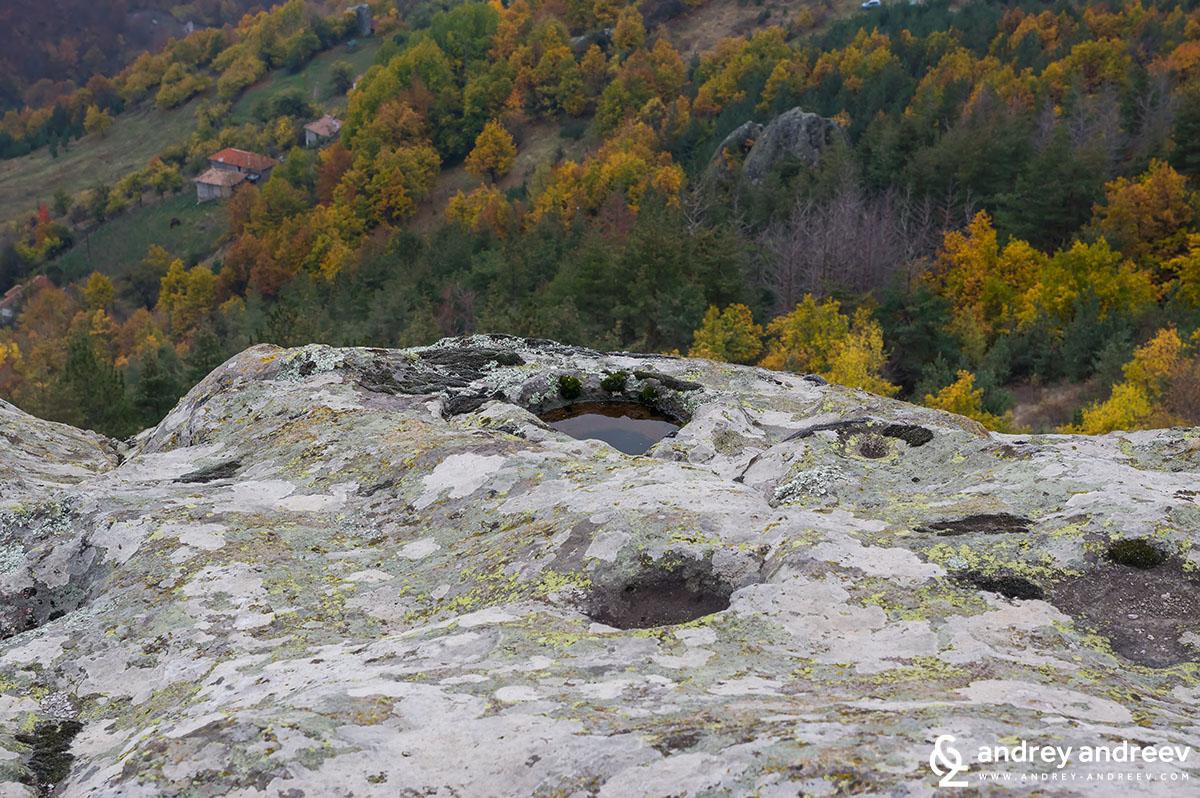 Дупките в скалите на Белинташ, направени от човешка ръка преди хиляди години