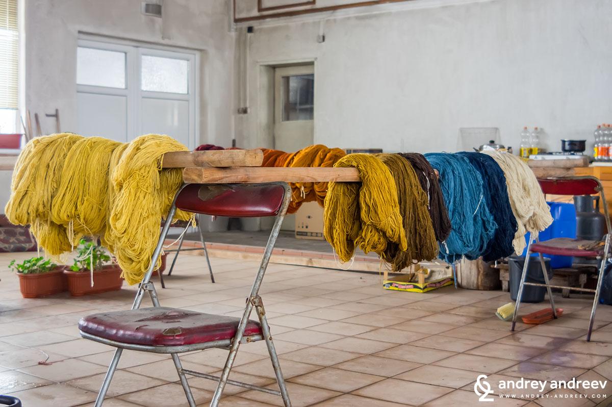 Сушене на прежда в цеха за килими в Костандово