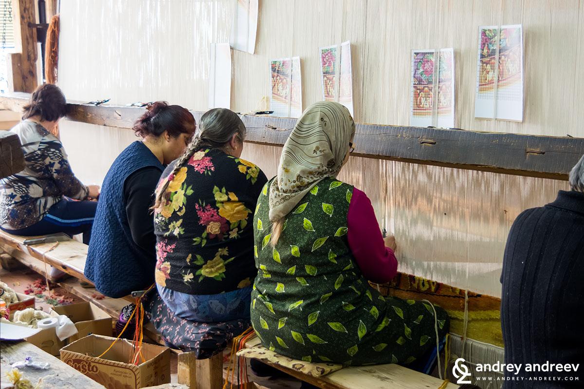 Как се тъкат килими в Костандово
