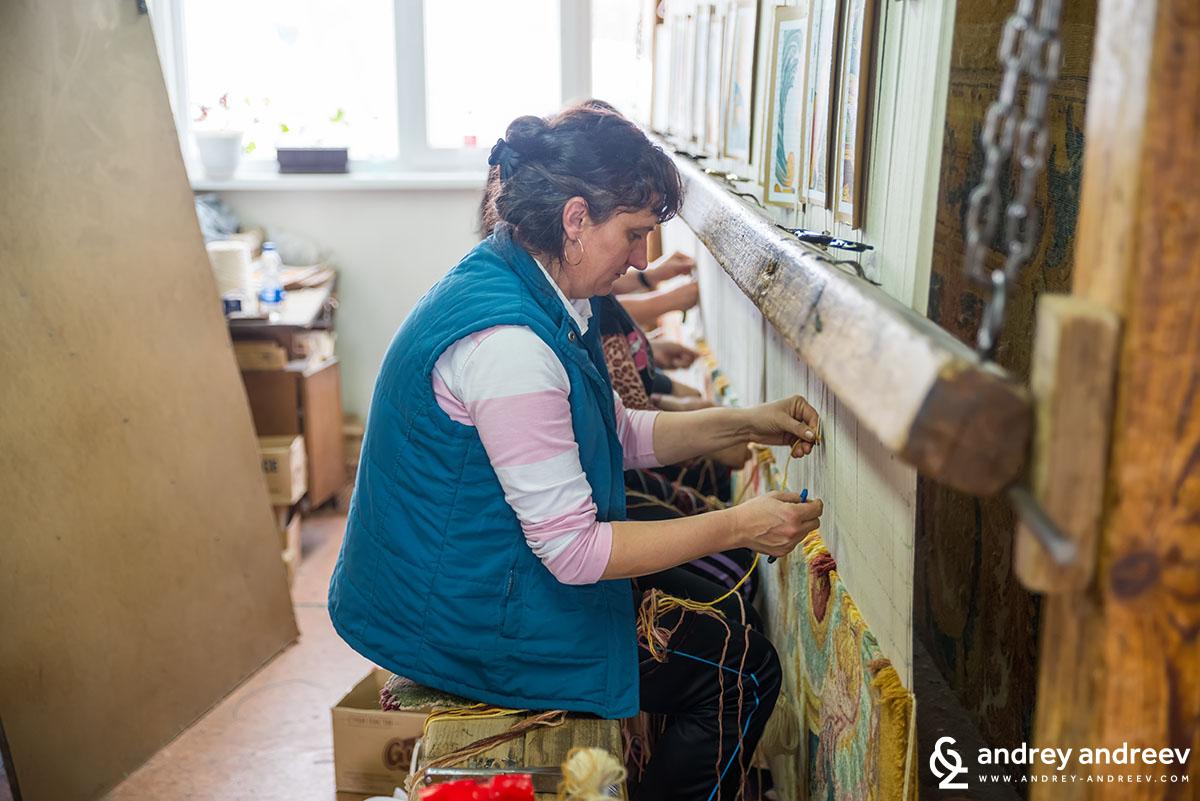 Как се тъкат килимите в Костандово