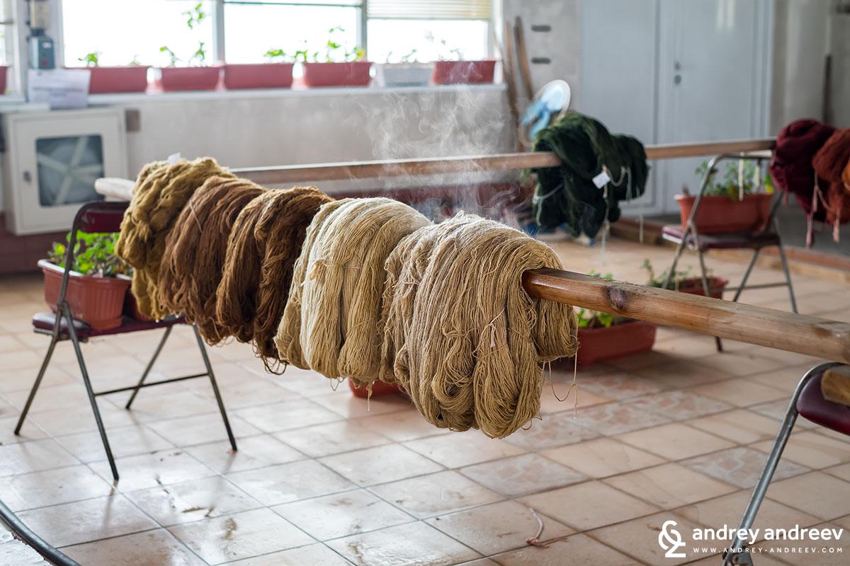Сушене на прежда за килими в Костандово