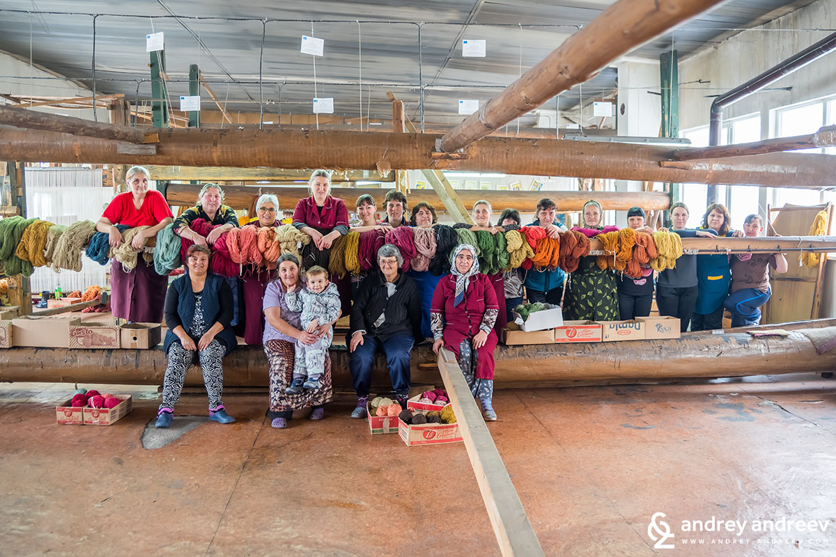 Тъкачките във фабриката за килими в Костандово