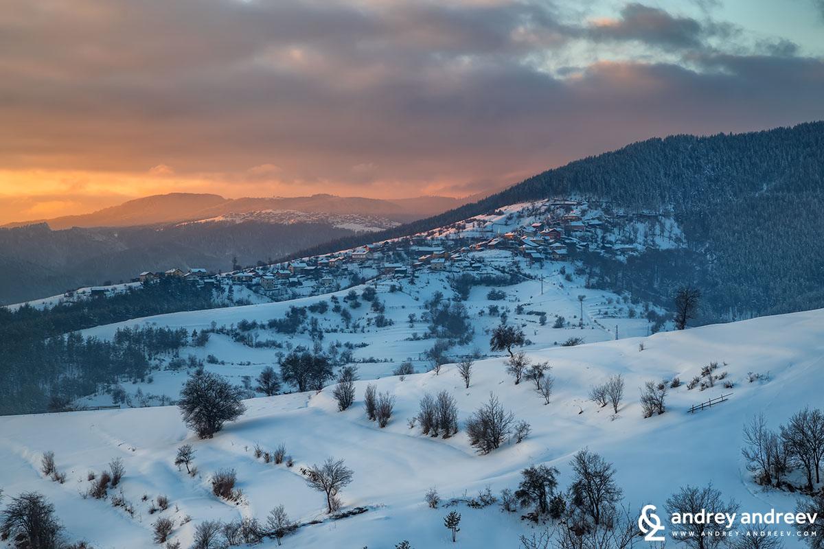 селата Всемирци (на преден план) и Кандови в Родопи планина
