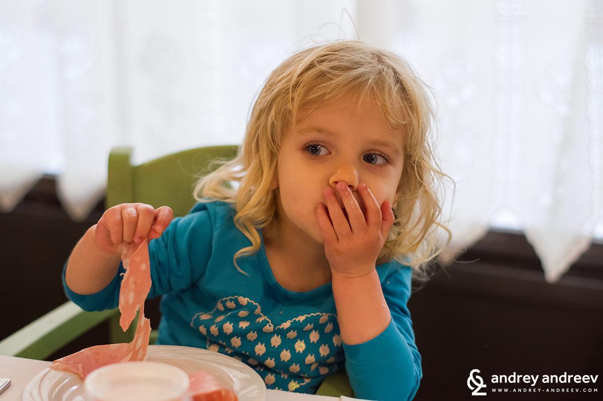 Как се яде мортадела!