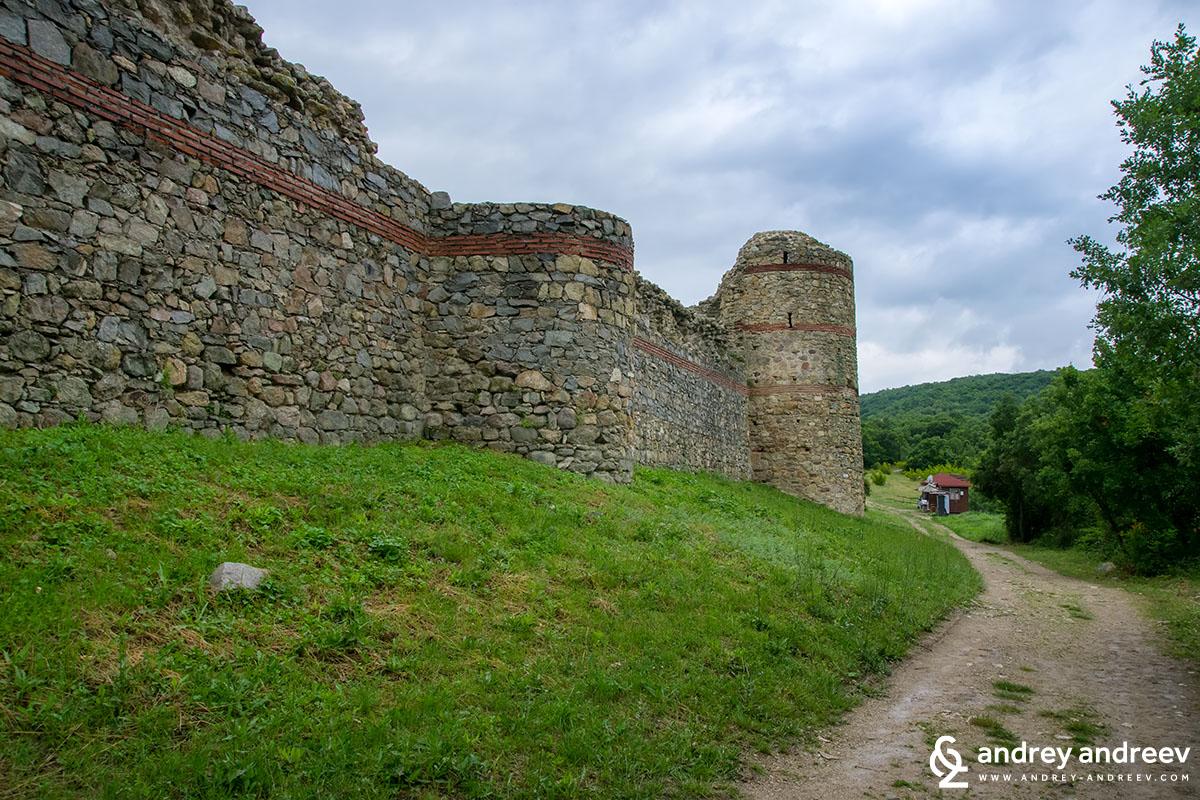 Покрай западната крепостна стена