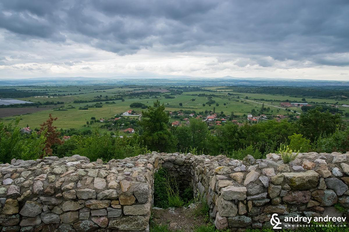 Село Мезек гледано от северната крепостна стена