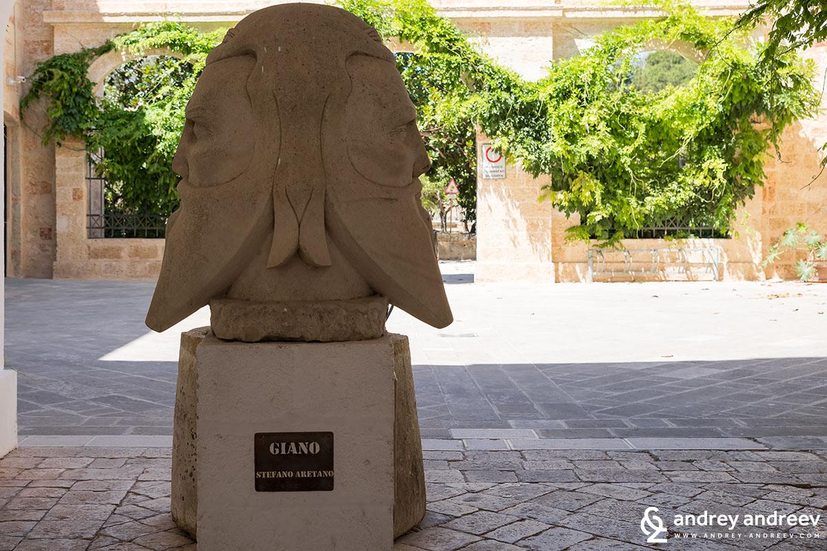Статуята на входа на двореца в Тиджано