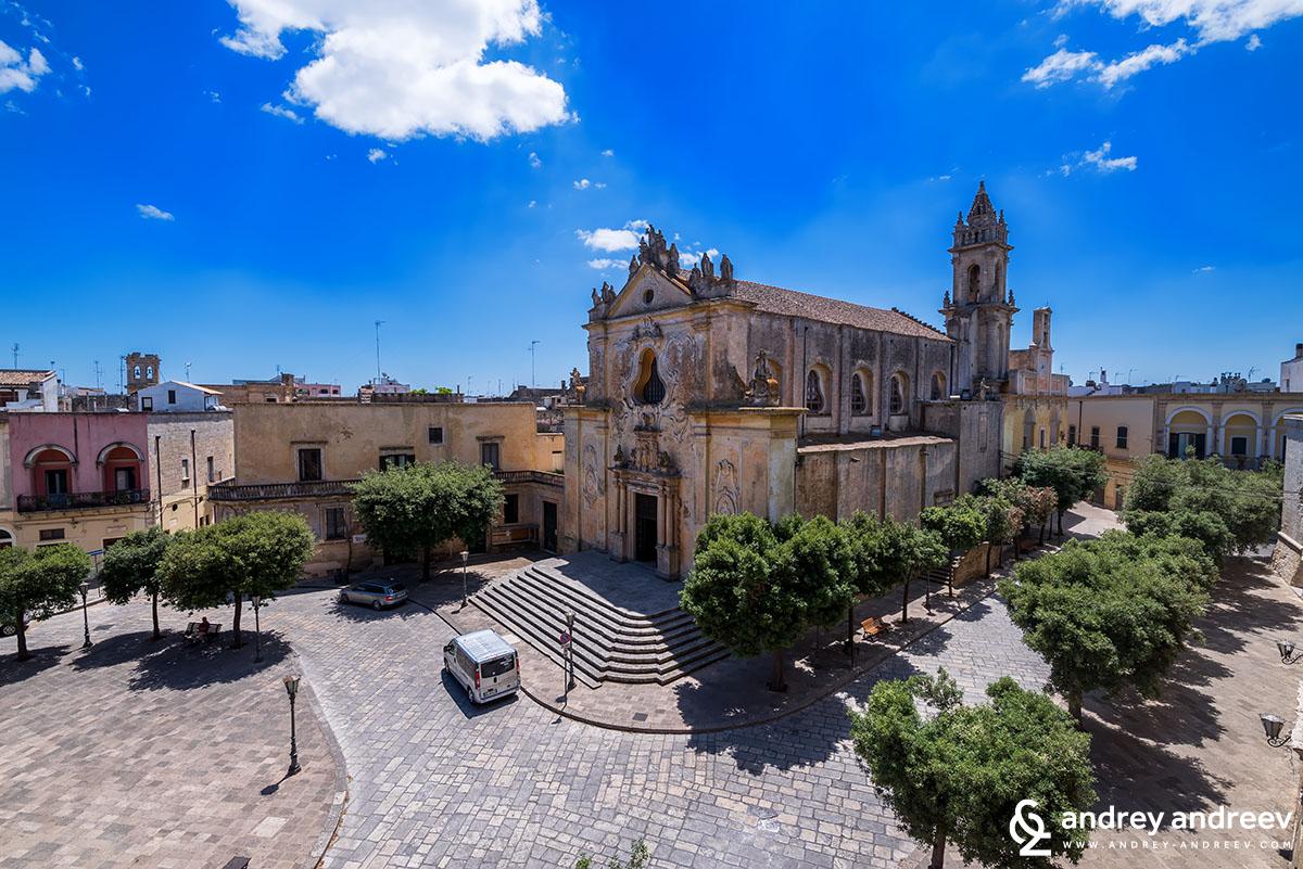 Централния площад и църквата Санто Доменико в Триказe, Южна Италия