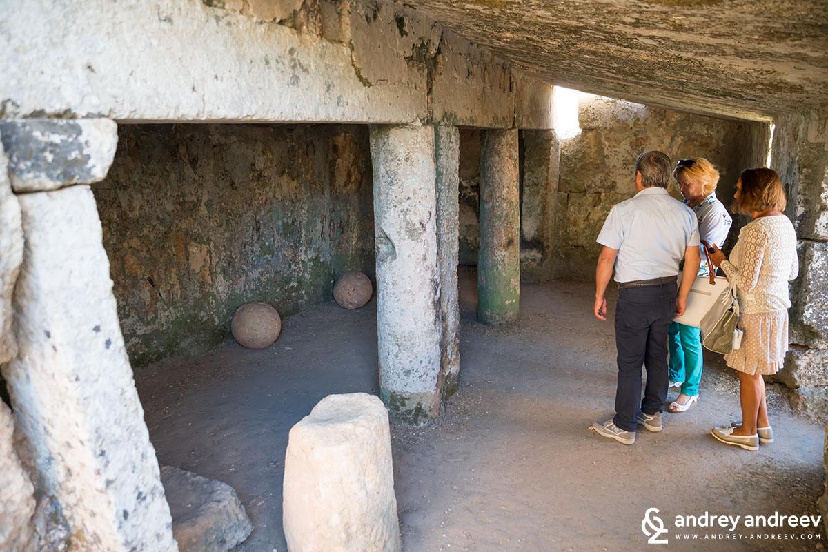 Inside Centopietre necropolis in Patu