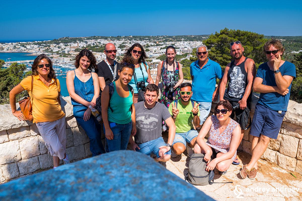 Нашата весела групичка от италиански и полски журналисти, двама български блогъри (ние) и местните туристически гидове
