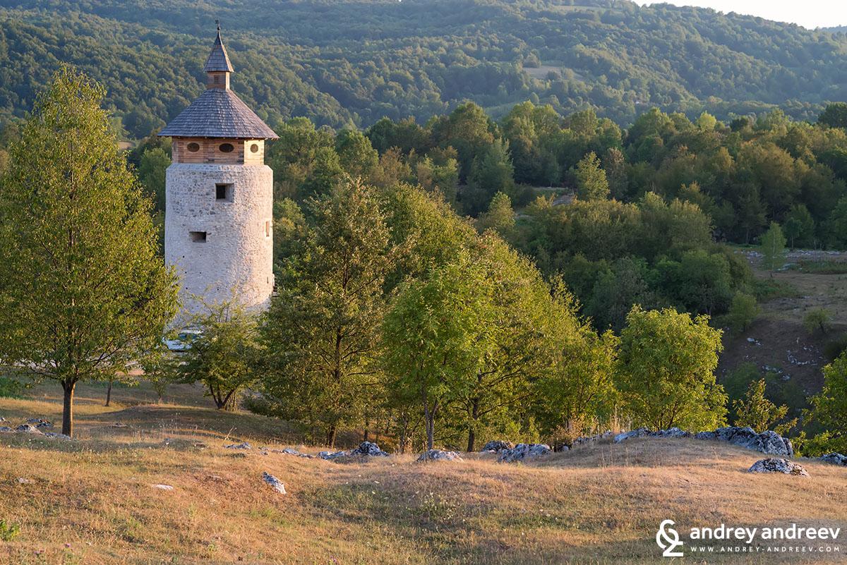 Кулата на замъка в Дрезник Град, Хърватия