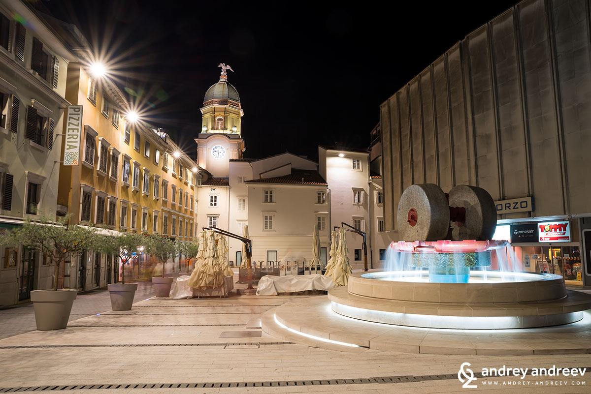 Градската кула на Риека и площада зад нея