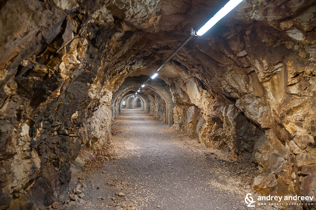 Тунелът е издълбан направо в скалата