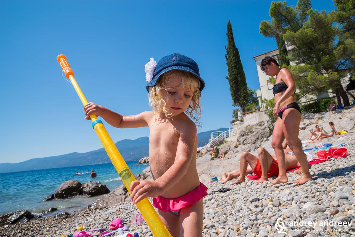 Ани на каменистия плаж на Вила Нора,