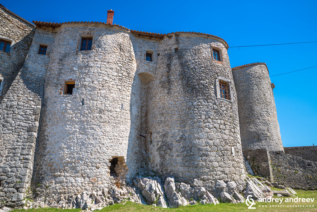Замъкът Гробник