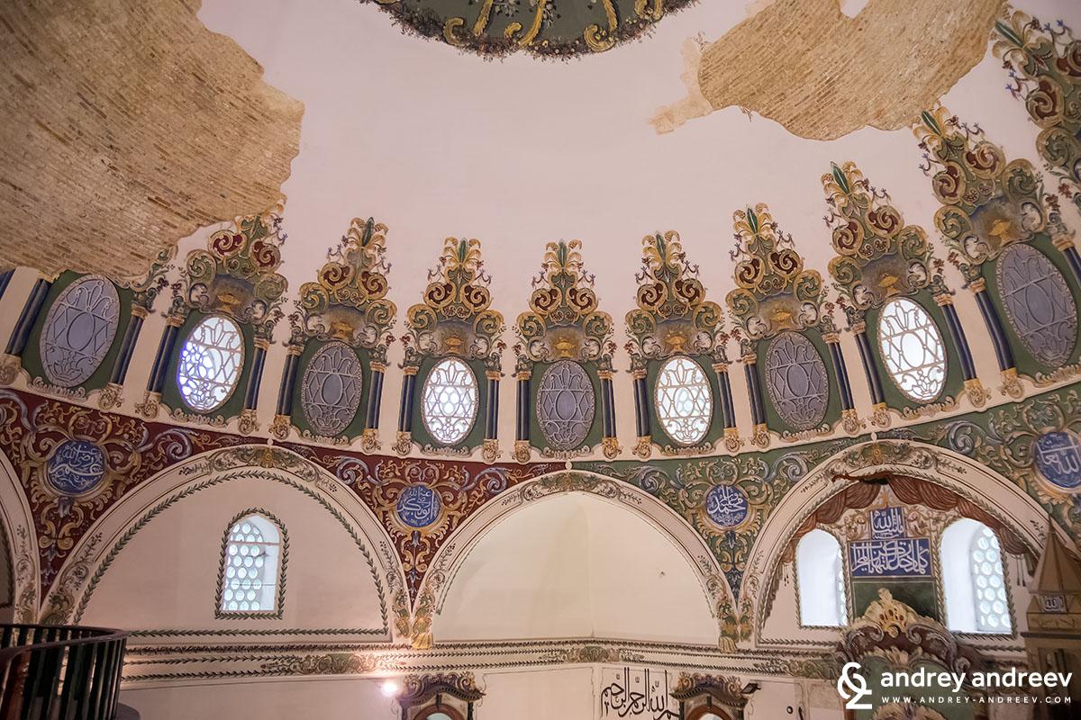 Стенописите по стените на джамията в Стара Загора