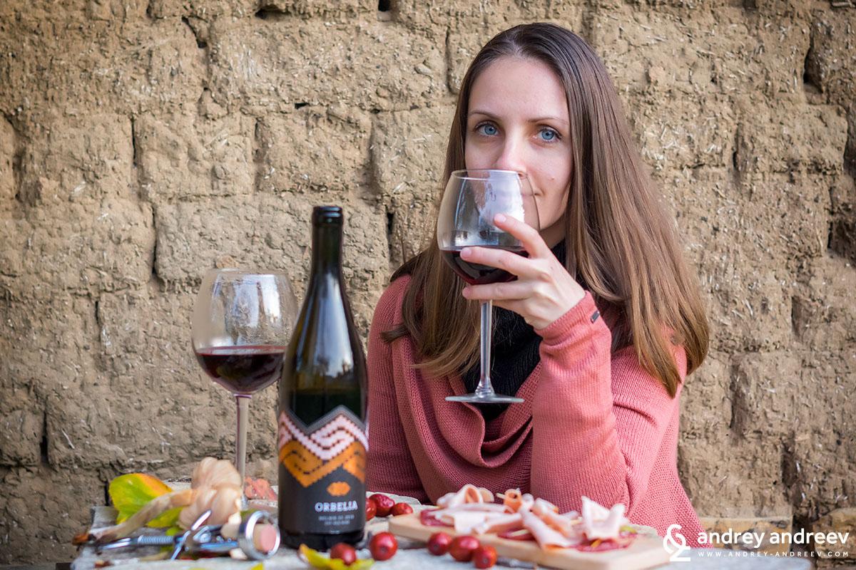 Мимето дегустира вино