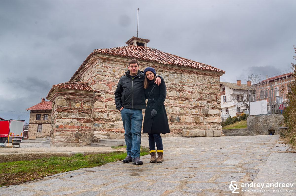 Мими и Андрей пред българската баня в село Баня