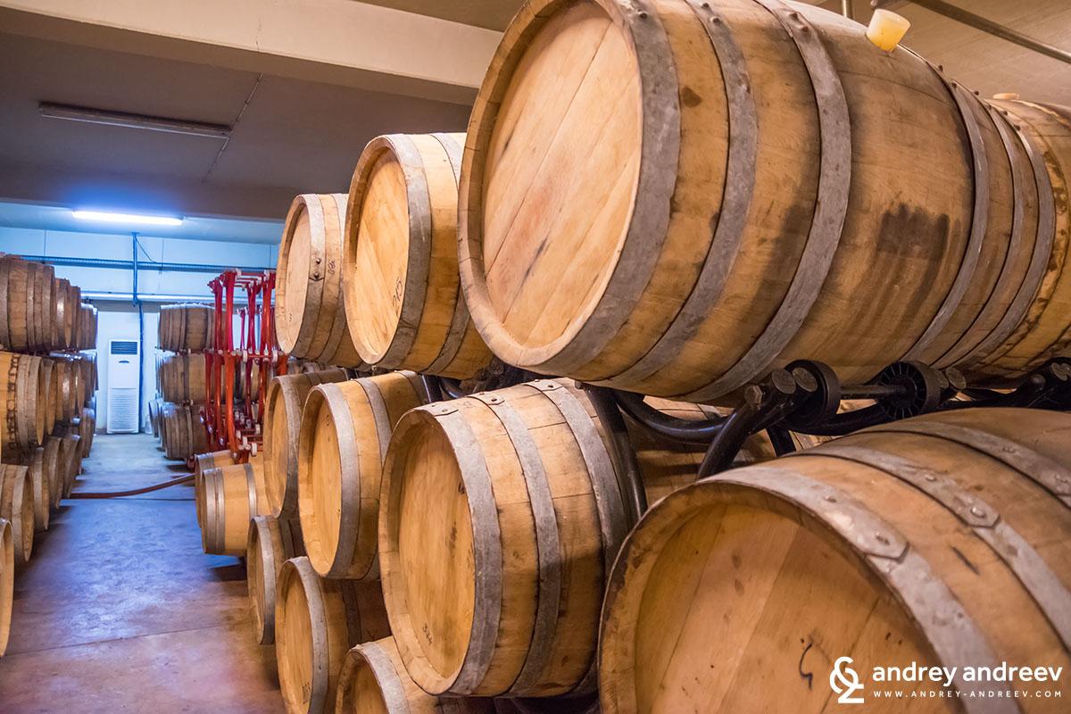 Бъчви във винарна Загрей