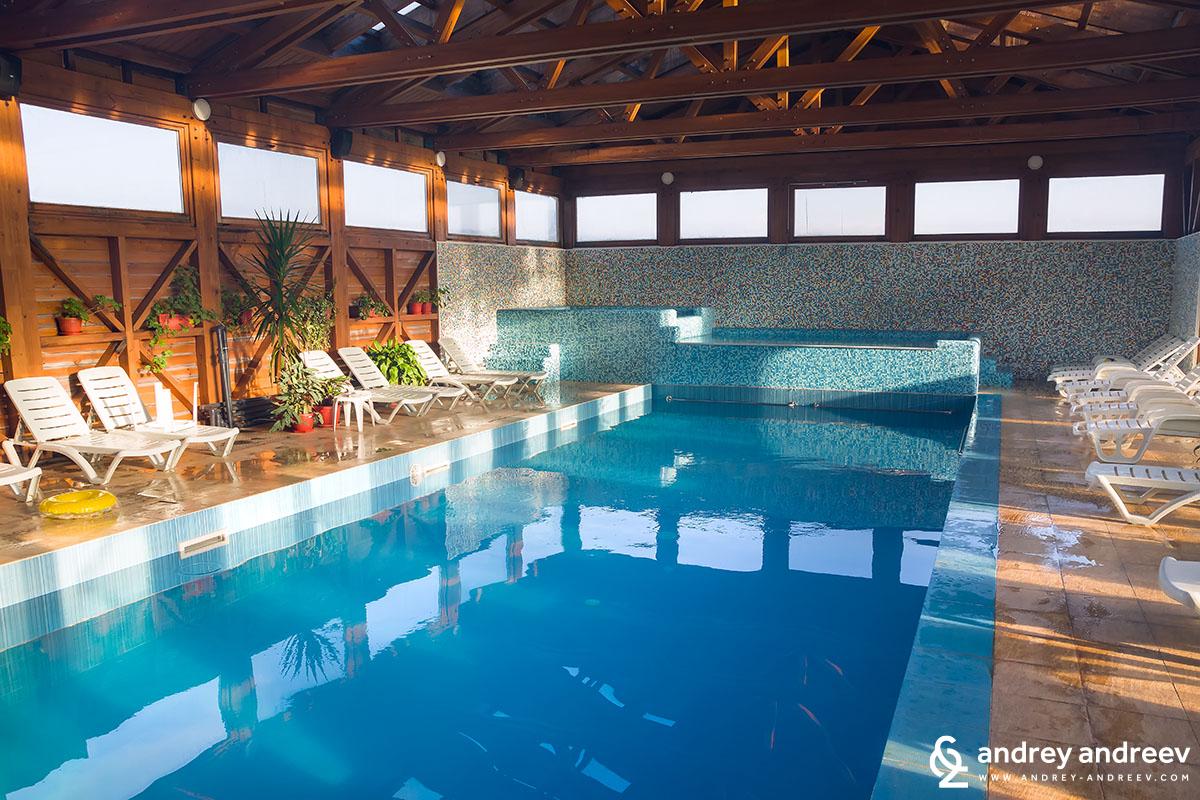 Вътрешен басейн в хотел Seven Seasons