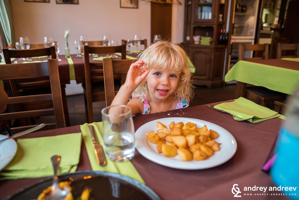 Ани и картофките в Коноба Небулоза, Риека, Хърватия