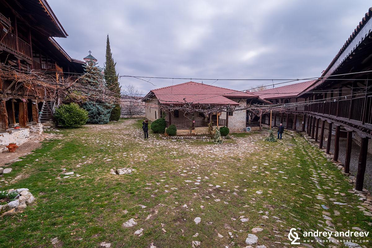Дворът на Роженския манастир