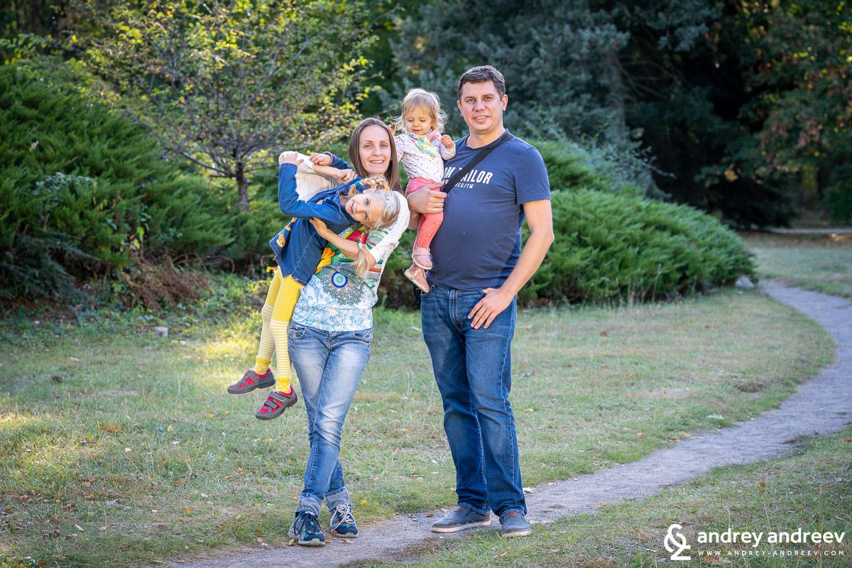 Разходка в парка години по-късно вече четирима Мими, Анна, Адриана и аз