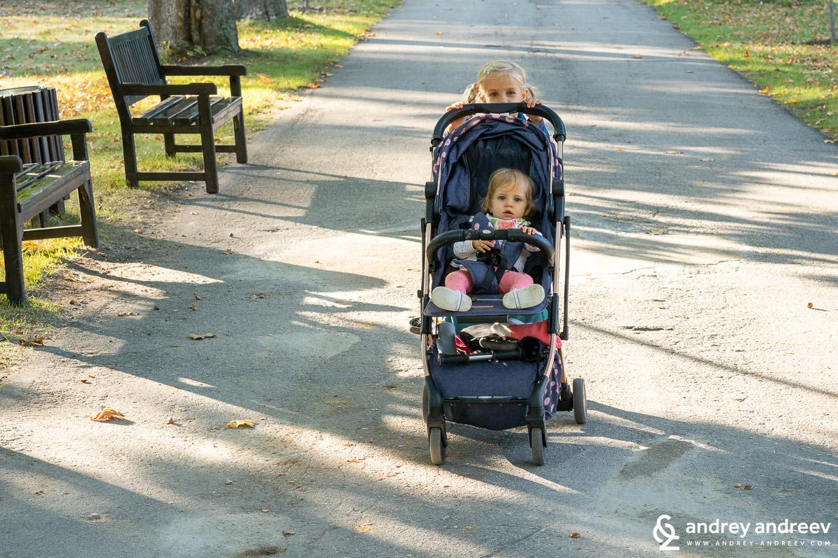 """Ани разхожда Ади в количка по алеите на парк """"Врана"""", не всички алеи за подходящи за такава количка, но по-главната алея се минава лесно"""